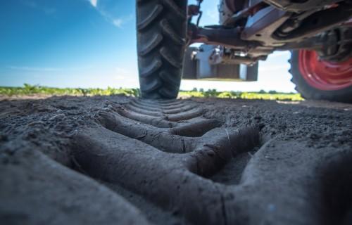 Lauksaimnieki paliek bez naudas un iecerētās tehnikas - padomi, kā droši iegādāties lauksaimniecības tehniku
